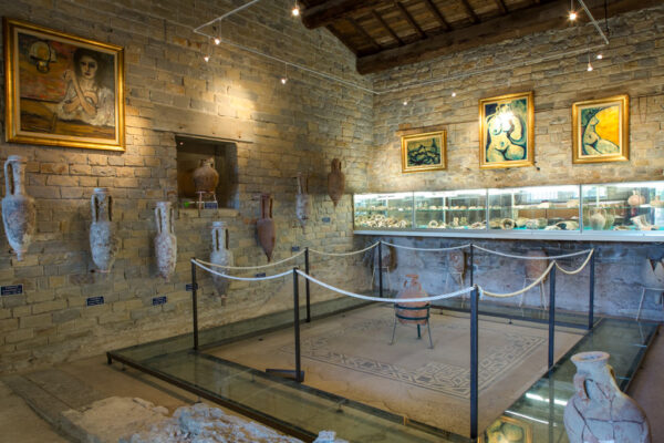 musée_de_tauroentum_salle_interieure_mosaique_amphores