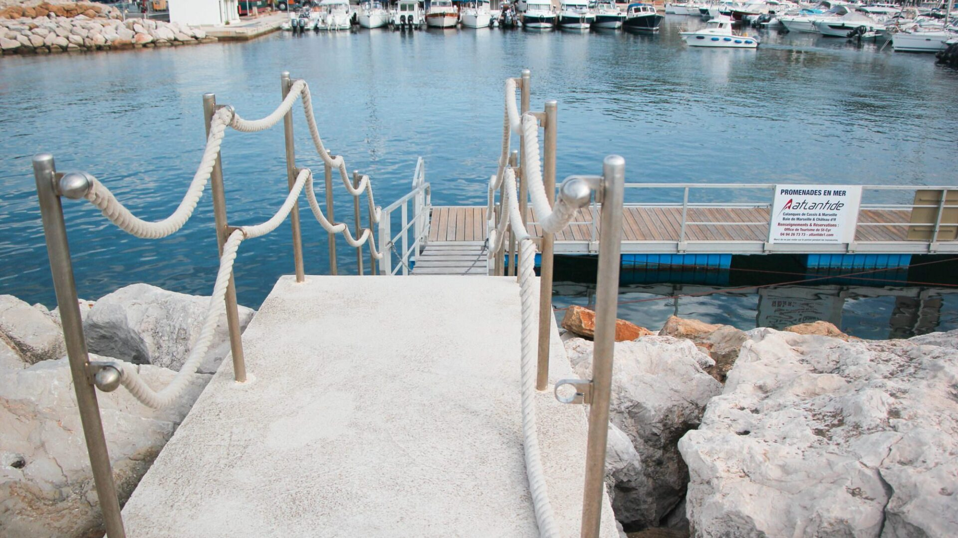Ponton pour embarquer sur l'Atlantide au port de Saint-Cyr-sur-Mer